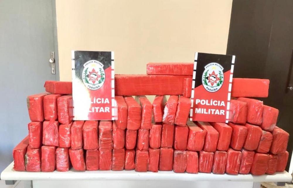 Polícia prende dupla que estava transportando 57 kg de drogas no Sertão da Paraíba