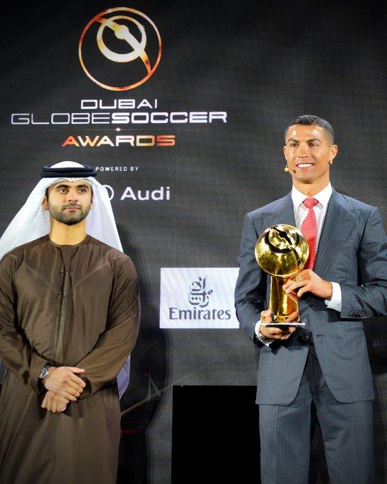 Cristiano Ronaldo recebe prêmio de melhor jogador do século. (Foto: AP