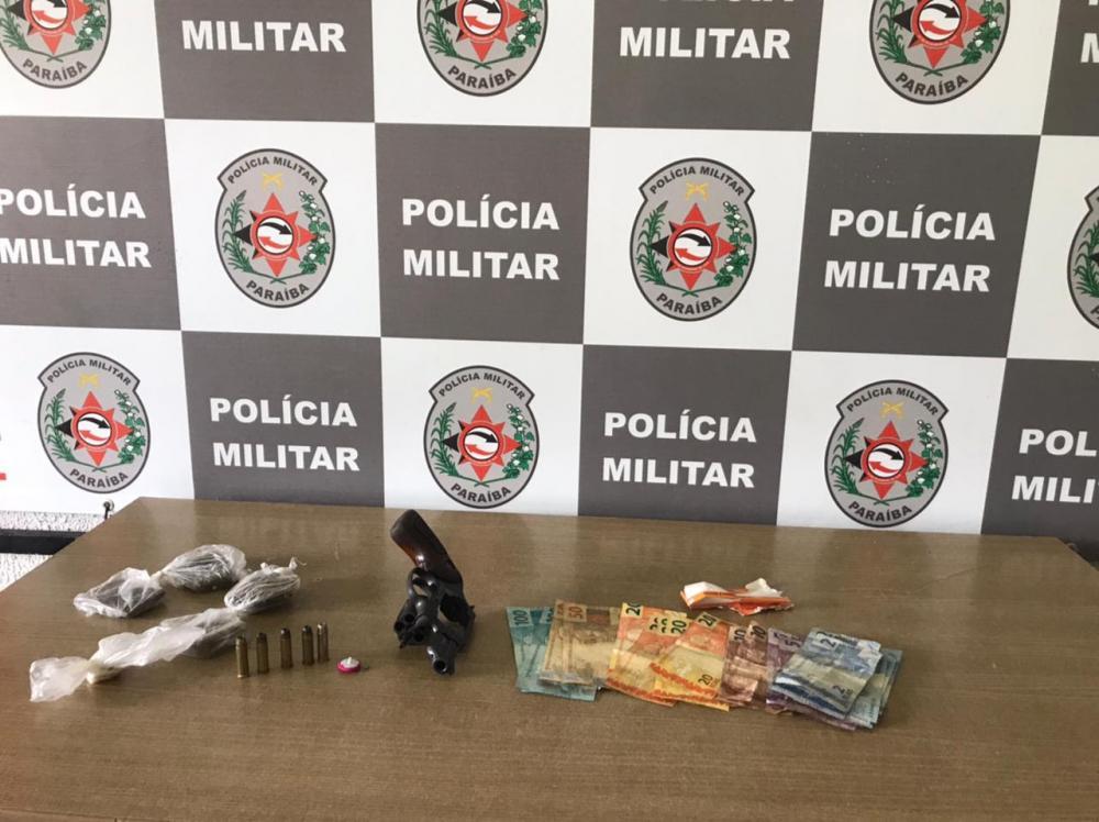 Polícia aborda táxi e prende passageiro com arma e drogas em João Pessoa