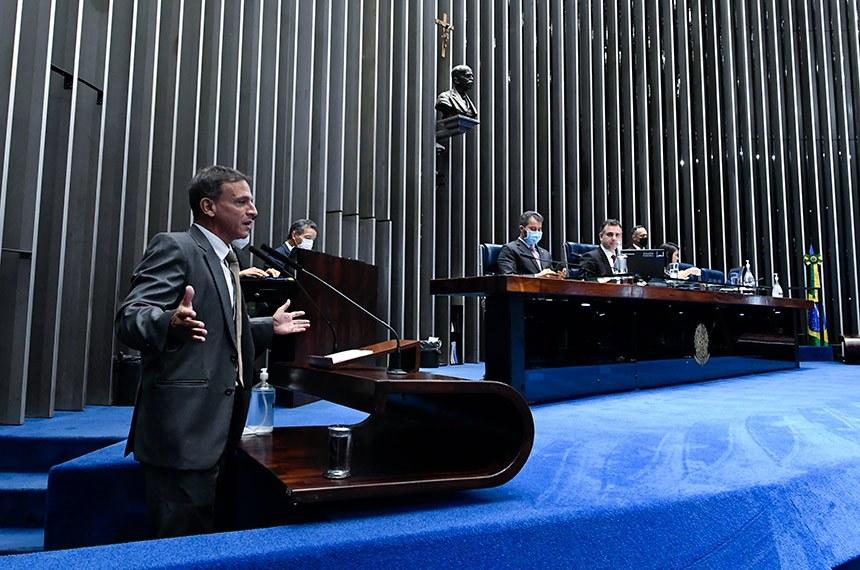 O relator, Marcio Bittar (Esq.), defende a PEC em sessão presidida por Rodrigo Pacheco (Mesa) Fonte: Agência Senado