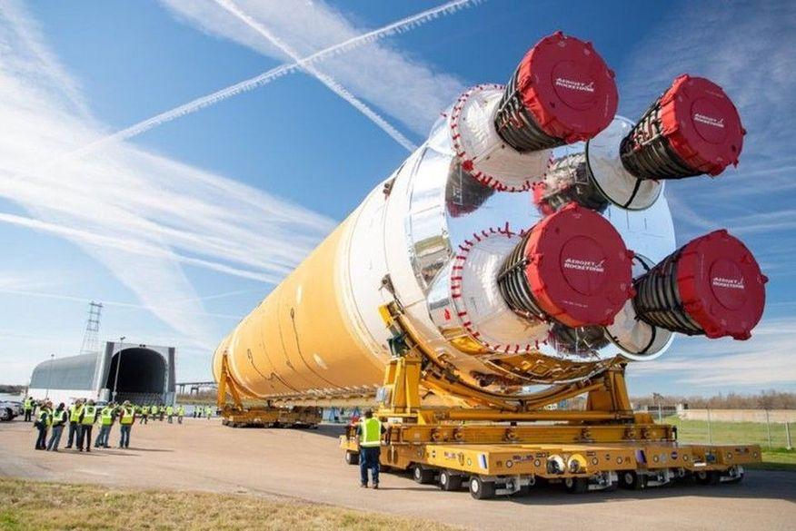 Primeiro estágio do foguete SLS sendo transportado de Nova Orleans para o Mississippi para testes. (Foto: Nasa via BBC)