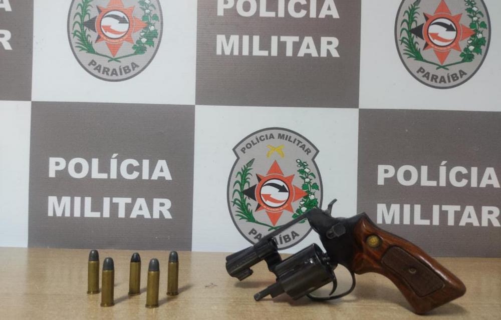 Polícia prende suspeito com arma de fogo em festa de rua, na zona sul de João Pessoa